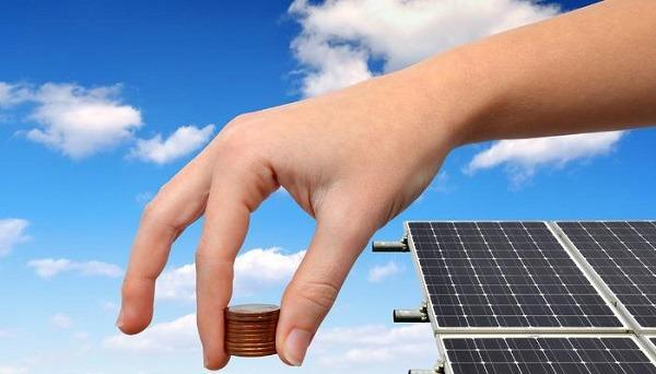 El costo de inversión en paneles solares es retonardo al bolsillo en poco tiempo y el ahorro en recibos de luz se extiende a largo plazo